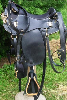AVENTURE EPSILON coloris noir, avec collier de chasse, avaloire et tapaderos selle equitation hugues petel