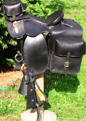 GLOBE RIDER coloris noir, avec bagagerie RANDONNÉE selle equitation hugues petel