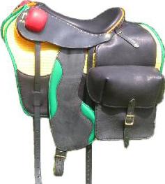 PERFORMANCE coloris noir / vert / rouge / jaune, avec bagagerie RANDONNÉE selle équitation Hugues PETEL